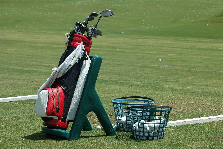 a mizuno golf bag sitting on a golf course
